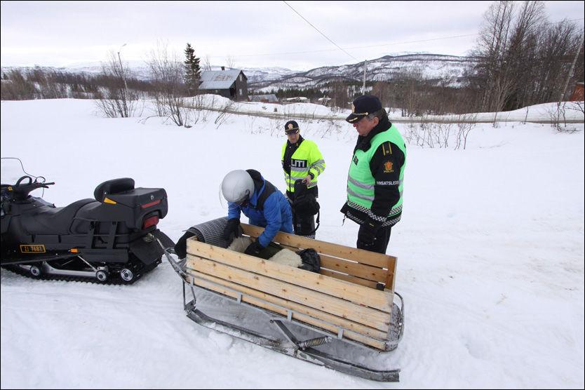 TRAGEDIE: Her er politimannskaper fra Narvik på vei for å ta åstedsundersøkelser etter den tragiske brannen i Salangen. Foto: Jon Henrik Larsen/Salangen Nyheter
