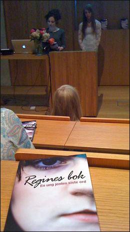 LESTE: Bestevenninne Eli Ann og lillesøster Elise leste begge sine hilsninger som også er skrevet i boken. Foto: Marthe Haugdal/ VG