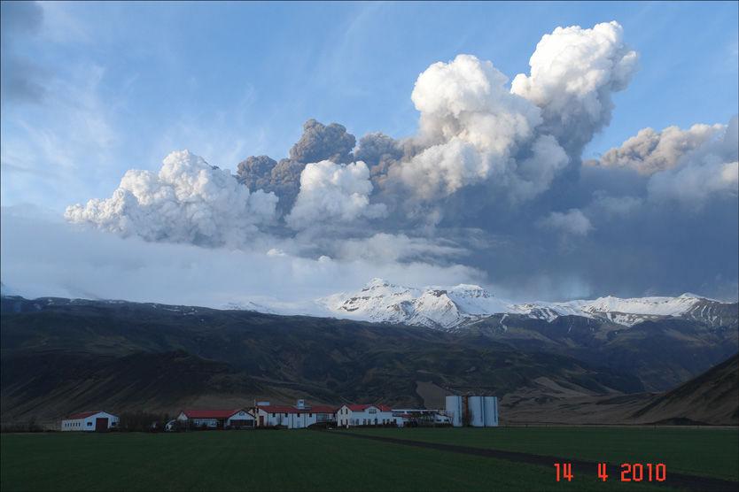 NÆRMESTE VULKAN-NABO: Slik så det ut over gården til bonden Ólafur Eggertsson i går, noen timer etter utbruddet i Eyjafjallajökull. Foto: Ólafur Eggertsson