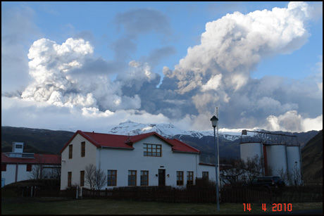 - HØRER LYDER: Ólafur Eggertsson sier han og familien hører lyder fra vulkanen, som ligger rett ved gården deres. Foto: Ólafur Eggertsson