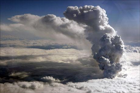 MASSIV: En voldsom gassky åpenbarer seg over krateret til vulkanen etter utbruddet onsdag. Foto: Islands kystvakt/Reuters