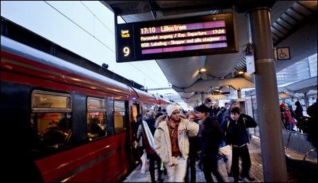 STOR PÅGANG: Askeskyen over Norge gjør at folk strømmer til togene. Foto: Simen Grytøyr (VG)
