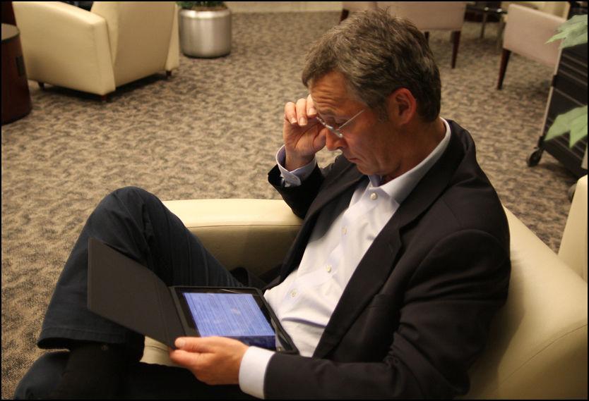 GULL VERDT: Jens Stoltenberg avbildet med sin nyinnkjøpte iPad. Foto: SMK