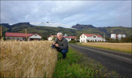 FORLATER GÅRDEN: Norsk-islandske Ólafur Eggertsson har 200 kyr på gården som nå er truet av den buldrende vulkanen. Foto: Privat