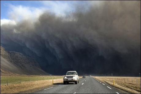 STERKE NATURKREFTER: Den islandske vulkanen Eyjafjallajökull har spydd ut aske de siste dagene. Foto: AFP