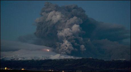 VOLDSOMT: Dette bildet viser hvordan vulkanen Eyjafjallajökull sender kaskader av aske opp i luften. Foto: AFP PHOTO/HALLDOR KOLBEINS