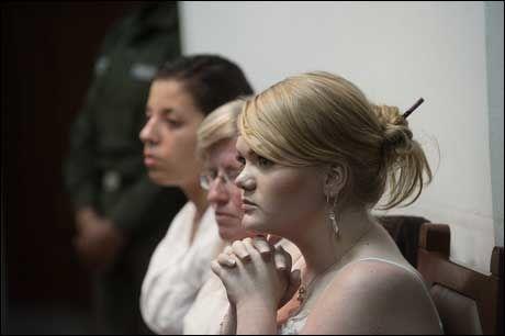 FØLER SEG SVIKTET: Kokaindømte Stina Brendemo Hagen og Madelaine Rodriguez (i bakgrunnen) mener at norske myndigheter burde ha gjort mer for å hjelpe dem. Foto: Bohlin, Gøran
