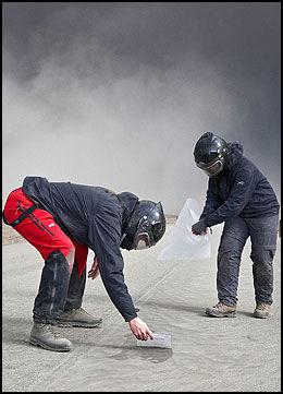 ASKEPRØVER: Siggi Gislason er med i dette teamet som samler askeprøver. Foto: Omar Oskarsson