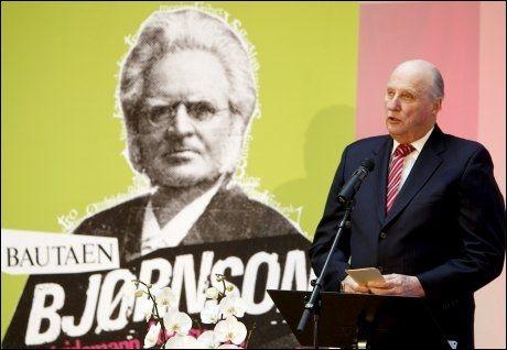 KOMMENTERTE BRUDDET: Kong Harald sto lørdag for den offisielle åpningen av Bjørnson-året. Der fikk han også spørsmål ombruddet i den svenske kongefamilien. Foto: Scanpix