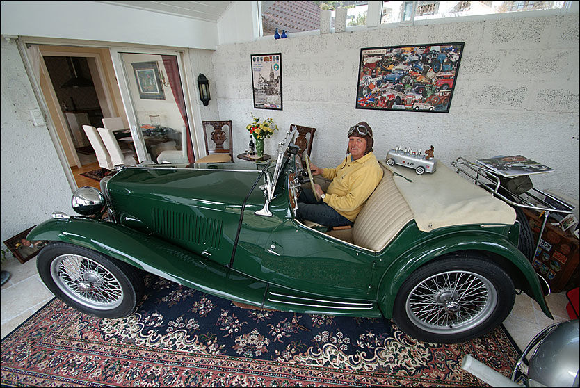 HEIA DRAMMEN! Knut H. Horgen plages ikke av kalde vårvinder når han setter seg bak rattet i sin helstrøkne MG-TC fra 1949. Han sitter nemlig i stua på Austad Skog i Drammen. Tut-tut! Foto: Jan Ovind