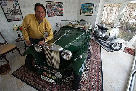 SNART UT: Til helgen planlegger Knut å rygge ut bilen gjennom dørene i bakgrunnen. Ferden går deretter rundt huset - på plen - og ut på landeveien. Til høye Knuts Vespa 160 GS fra 1963. Foto: Jan Ovind