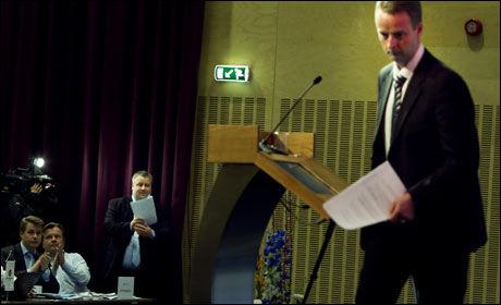 MOTSTANDERE: Os-ordfører Terje Søviknes forlater talerstolen på Frps landsmøte fredag kveld, mens hans utfordrer til plassen i sentralstyret, stortingsrepresentanten Bård Hoksrud følger med i bakgrunnen. Foto: Scanpix