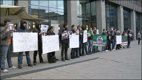 DEMONSTRER: Tsjetsjnere protesterer mot Dmitrij Medvedev. Flere av dem prøver å skjule sine egne ansikter for sin egen og familiens sikkerhets skyld. Foto: Endre Alsaker-Nøstdahl