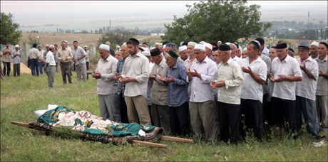 GRAVLAGT: Frivillighetsarbeideren Natalia Estemirova, et av tsjetsjeniakrigens mange ofre, blir her gravlagt. Foto: EPA