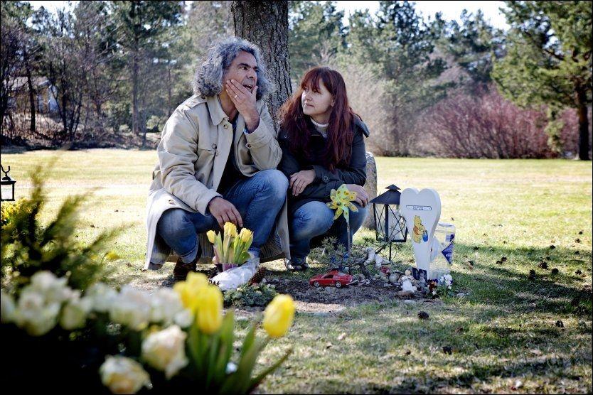 I SORG: Samboerparet Turas Ertas og Ingjerd Daae sørger for at det alltid brenner levende lys på graven til Sønnen Isak. Foto: Linn Cathrin Olsen