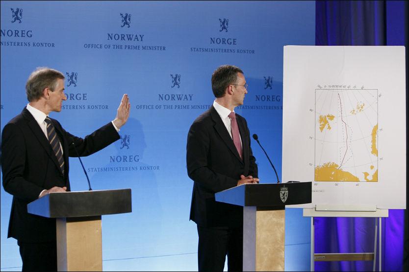 HISTORISK: Statsminister Jens Stoltenberg og utenriksminister Jonas Gahr Støre kunne tirsdag presentere den nye delelinjen i Barentshavet. Foto: SCANPIX