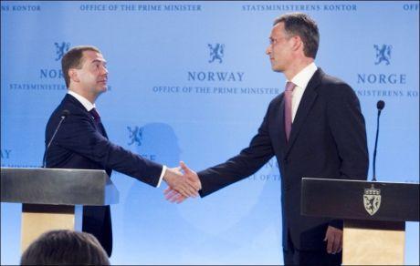 HER SKAL GRENSEN GÅ: Russlands president Dmitrij Medvedvev og Jens Stoltenberg kunngjorde på en pressekonferanse i Oslo i dag at man er enige om delelinjen i Barentshavet. Foto: Scanpix