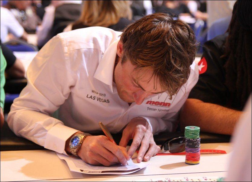 SPILLER POKER: Petter Northug skriver seg her inn i pokerturneringen i Monte Carlo mandag kveld. Foto: VI MENN