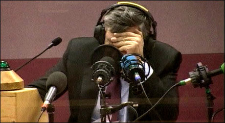 REAKSJON: Her får Gordon Brown høre hva han har sagt i BBCs studio. Foto: BBC Radio 2/Reuters Foto: