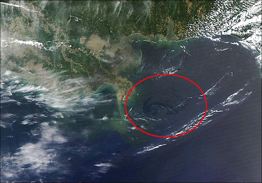 MILJØKATASTROFE: Det svarte området innenfor den røde ringen er noe av oljen som har lekket ut. Bildet er tatt fra en av NASAs satelitter og viser Mexicogolfen. Foto: AFP