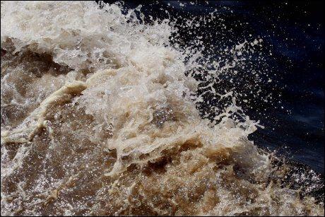 BRUNT: Vannet er tilgriset av olje. Foto: AP