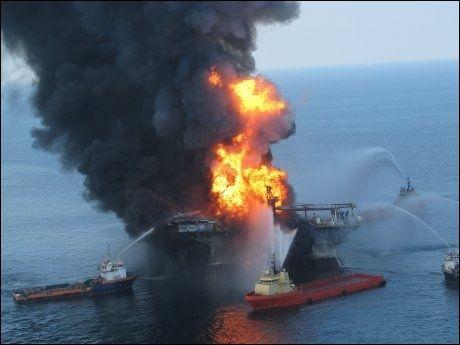SANK: Slokningsarbeidet klarte ikke å redde oljeriggen Deepwater Horizon. Foto: AFP