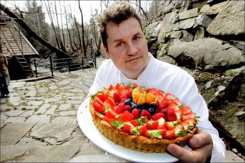 ET SUNNERE VALG: Denne terten er laget av ferdig tertedeig og er fylt med vaniljekrem, kesam og bær. Kokk Tommy Østhagen i Vektklubb.no anbefaler også den nye, fettreduserte kremfløten som er i handelen nå. Foto: Roger Neumann