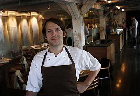 SJEFEN: Sjefskokk René Redzepi poserer i restauranten. Foto: REUTERS
