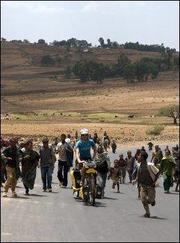 KAPP TIL KAPP: - Etiopia er et av turens mest utfordrende land. Ikke bare er det bakker overalt, men også en hel haug meget entusiastiske barn. Her er Andreas omringet av sistnevnte, mener guttene. Foto: Jørn Wichne Pedersen
