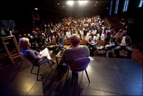 MØTE: Siv Jensen, til venstre, og Trine Skei Grande (V) har diskutert på Rajas dialogmøte på Litteraturhuset. Foto: Scanpix
