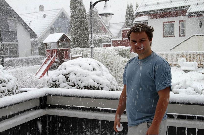 LAVER NED: Jørgen Lundsten (21) konstaterer at snøen laver ned på Mortensrud i Oslo. Foto: Morten Lundsten