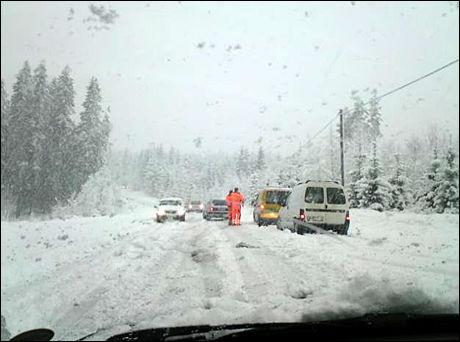 SNØKAOS: Snøen sørger for trafikkaos. Bildet er tatt i Kongsvinger. Foto: Leserbilde