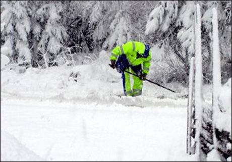 DÅRLIGE ARBEIDSFORHOLD: Snøen skaper problemer for en ansatt i Kolo veidekke. Foto: Britt Ingelsrud.