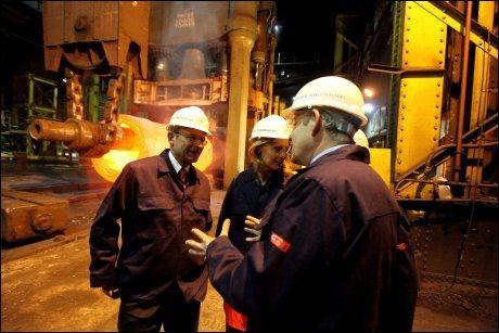 ARBEIDEREN: Labour-leder Gordon Brown snakker med arbeidere på et stålverk i Sheffield. Statsministeren har fått en liten oppsving de siste dagene. Foto: AP