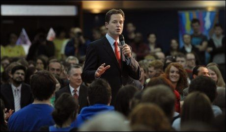 I RAMPELYSET: Liberaldemokratenes leder Nick Clegg trives godt i rampelyset. Her taler han til publikum i Liverpool. Foto: AFP