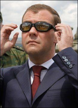 UV-BRILLER: UV-eksperter anbefaler å bruke solbriller. Den russiske presidenten, Dmitry Medvedev, prøvde solbriller med UV-filter i fjor sommer. Foto: AP