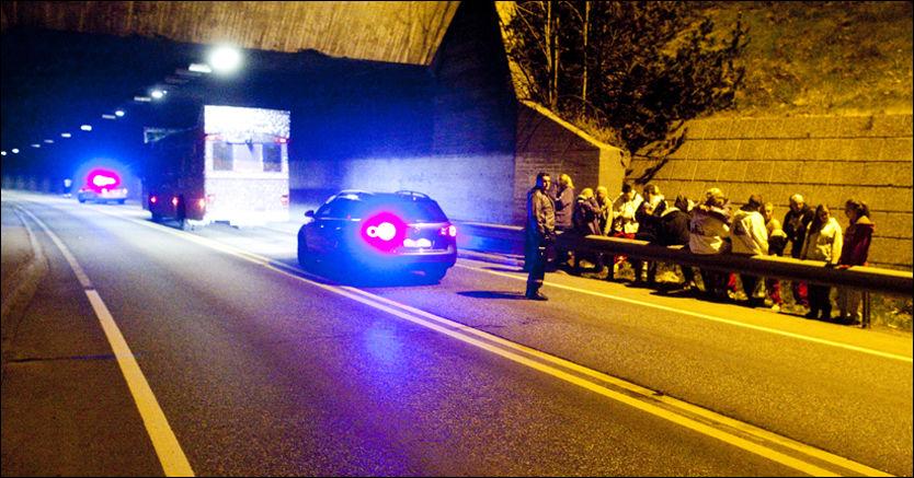 ULYKKE: Sjokkerte venner av 19-åringen står langs veien etter at jenta har falt ut av russebussen. Foto: Terje Akerhaug.