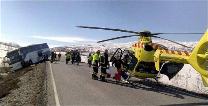 ULYKKE: Luftambulansen ble tilkalt da en buss og en personbil kolliderte på Strynefjell fredag. Foto: Scanpix (Elias Sperstad, GD)