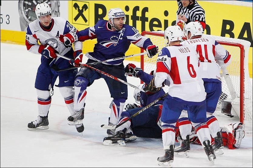 SINT: Her er det full slåsskamp foran målet til Pål Grotnes, som ligger under en fransk spiller midt i bildet. Foto: Scanpix