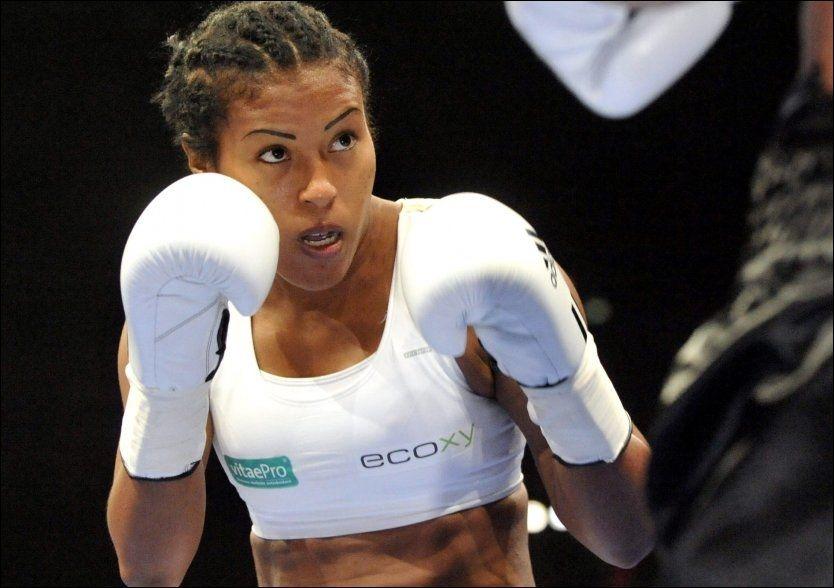 SUVEREN SEIER: Cecilia Brækhus bokset sin første kamp på over åtte måneder i kveld. Motstander Cisneros var sjanseløs. Foto: Scanpix