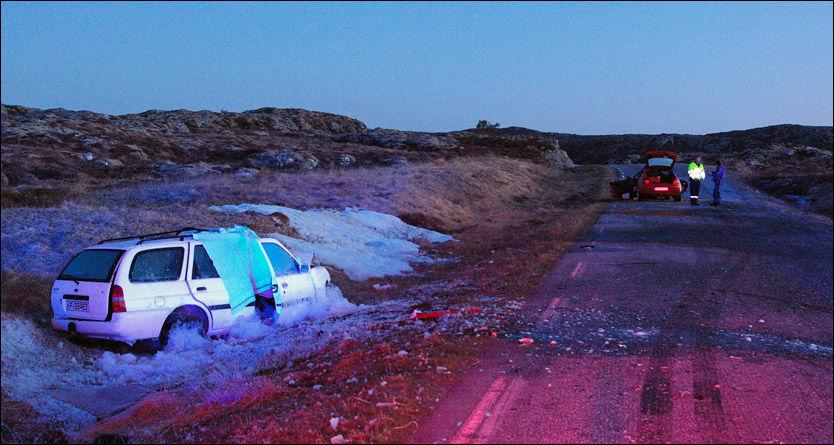 FATAL ULYKKE: Én ungdom mistet livet og fem ble skadet i ulykken på Frøya sent onsdag kveld. Åse Hermanstad satt i den hvite bilen. Foto: Katrin Støen Hammer