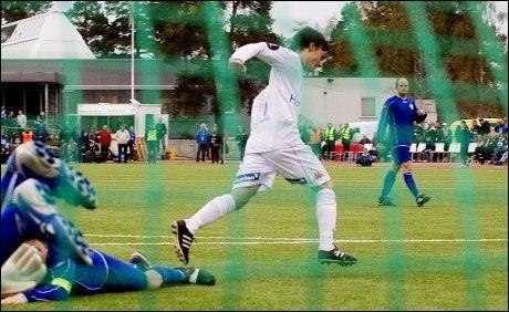 QAKA-JUBEL: 15-åringen feirer her 11-1-målet mot Oppsal. Foto: Scanpix