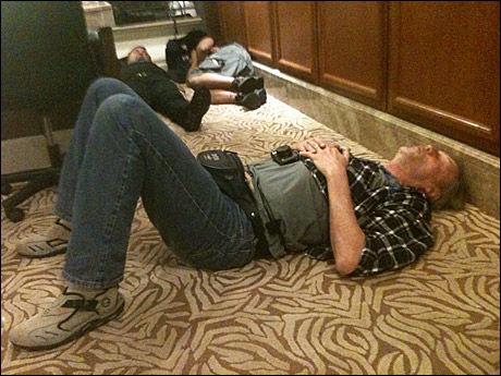 I KJELLEREN: VGs Jon Magnus slapper av i kjelleren sammen med andre journalister etter at hotellet deres ble angrepet søndag. Nå er han evakuert til et annet hotell. Foto: