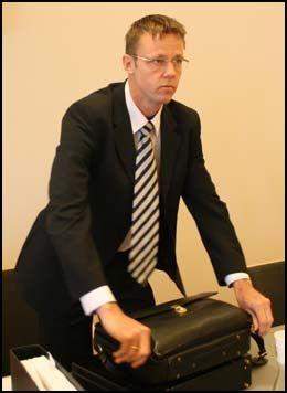 OPPRØRTE: Bistandsadvokat Jørn Mejdell Jakobsen sier at det har vært en tøff dag for de pårørende i retten. Foto: Dennis Ravndal