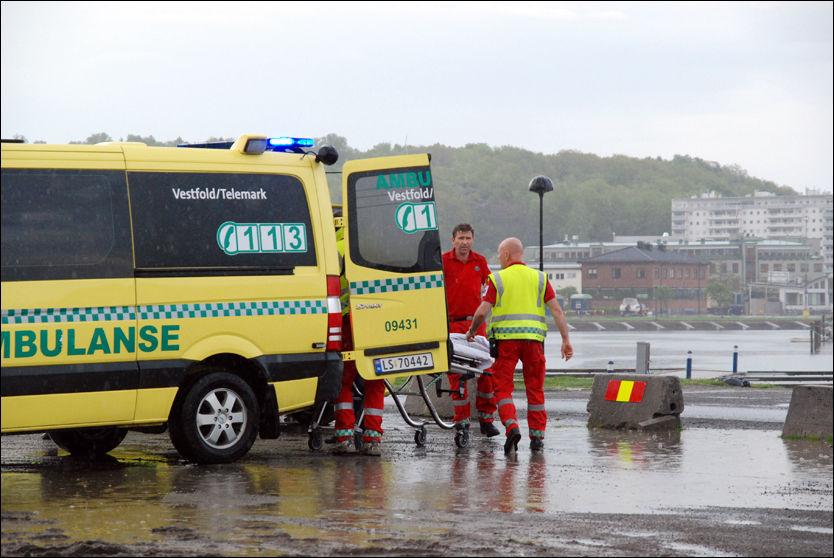 LYNNEDSLAG: Her blir de skadde fraktet til sykehuset. Foto: Lasse Ljung/Nyhetsfoto