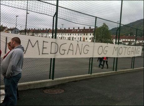 STØTTEBANNER: Brann-supporterne viste sin støtte til klubben under treningen lørdag. Foto: Thomas Brakstad