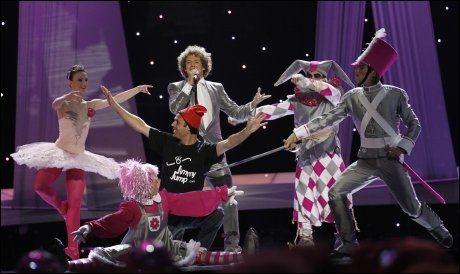 PÅ SCENEN: «Jimmy Jump» kom seg opp på scenen og snek seg med i Spanias fremførelse. Foto: AFP