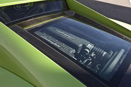GLASSKLART: Motoren i en Lamborghini er ikke noe man gjemmer bort under et panser. Foto: Nick Hall