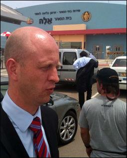 PÅ VEI INN: Her er Vebjørn Dysvik fra det norske utenriksdepartementet på vei inn i fengselet i Beersheba i Israel. Foto: Helge Mikalsen