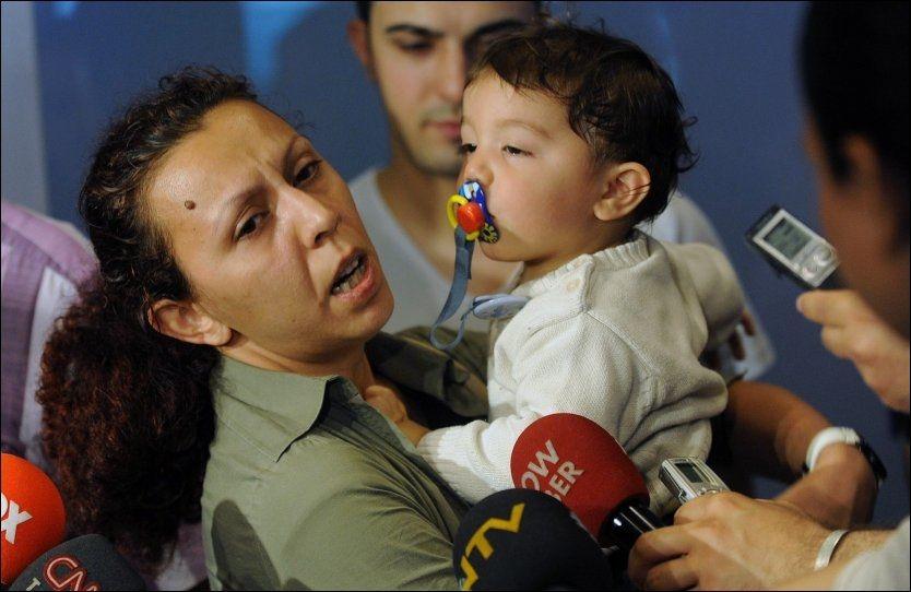 LØSLATT: Nilufer Cetin og hennes sønn Kaan Turker (1) er hjemme i Tyrkia igjen etter å ha blitt løslatt av israelske myndigheter. Begge var om bord på et skip som var på vei til Gaza med nødhjelp da det ble bordet av israelske spesialstyrker. Foto: AP